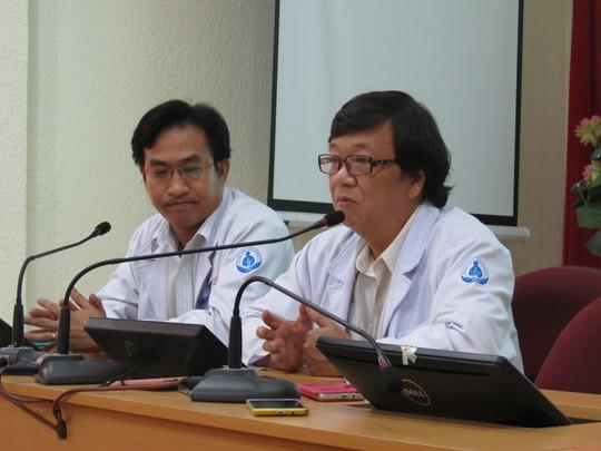 Các bác sĩ đang kể lại quá trình phẫu thuật cho bệnh nhi