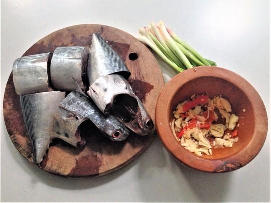 Ngon cơm ngày mưa với cá ngừ kho tỏi ớt - Ảnh 2.