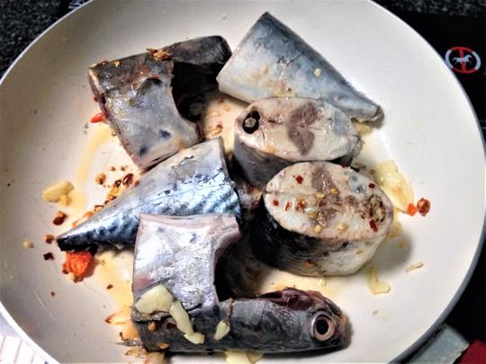 Ngon cơm ngày mưa với cá ngừ kho tỏi ớt - Ảnh 3.