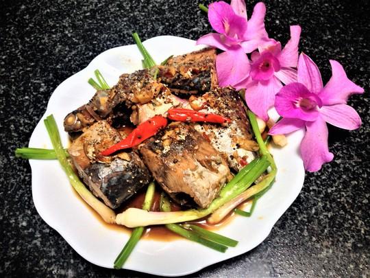 Ngon cơm ngày mưa với cá ngừ kho tỏi ớt - Ảnh 1.