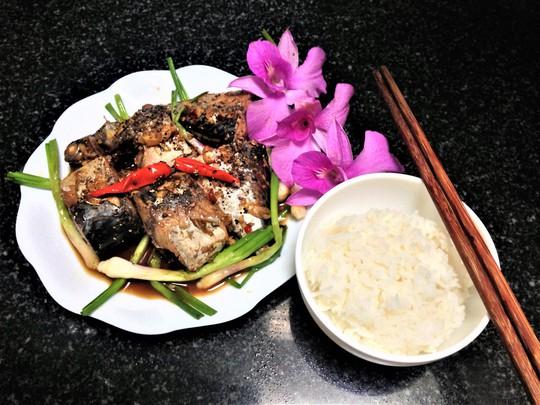 Ngon cơm ngày mưa với cá ngừ kho tỏi ớt - Ảnh 7.