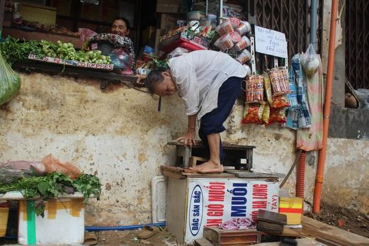 Sau khi phá bỏ bậc tam cấp, 12 hộ dân đường Chu Mạnh Trinh, quận 1 bắc thang lên xuống