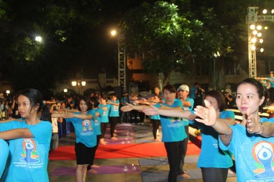 Màn trình diễn Yoga của 4.000 người trên phố đi bộ Hồ Gươm - Ảnh 5.
