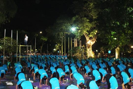 Màn trình diễn Yoga của 4.000 người trên phố đi bộ Hồ Gươm - Ảnh 7.