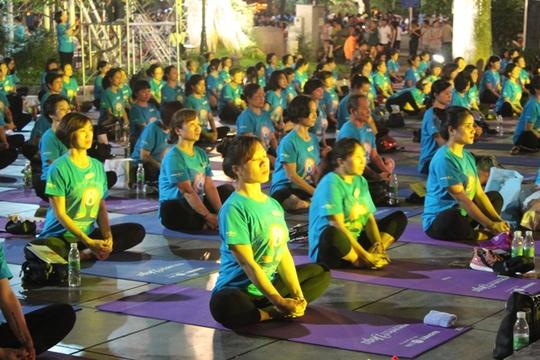 Màn trình diễn Yoga của 4.000 người trên phố đi bộ Hồ Gươm - Ảnh 9.
