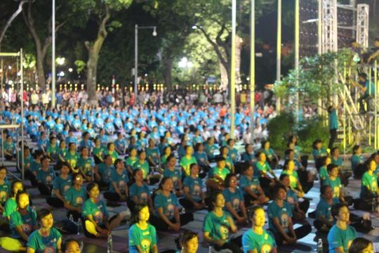 Màn trình diễn Yoga của 4.000 người trên phố đi bộ Hồ Gươm - Ảnh 10.