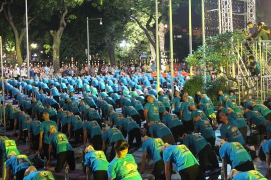 Màn trình diễn Yoga của 4.000 người trên phố đi bộ Hồ Gươm - Ảnh 12.