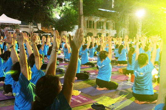Màn trình diễn Yoga của 4.000 người trên phố đi bộ Hồ Gươm - Ảnh 13.