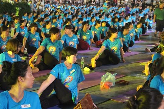 Màn trình diễn Yoga của 4.000 người trên phố đi bộ Hồ Gươm - Ảnh 14.