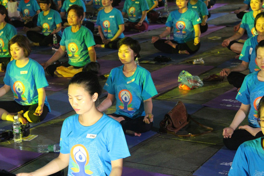Màn trình diễn Yoga của 4.000 người trên phố đi bộ Hồ Gươm - Ảnh 16.