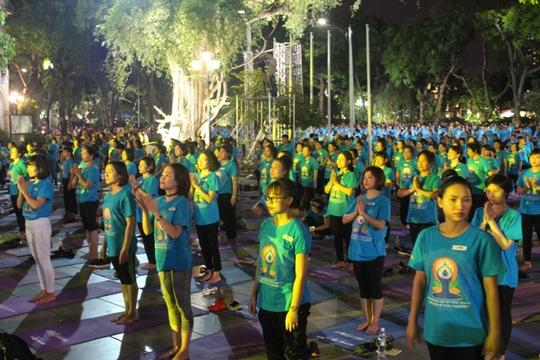 Màn trình diễn Yoga của 4.000 người trên phố đi bộ Hồ Gươm - Ảnh 17.