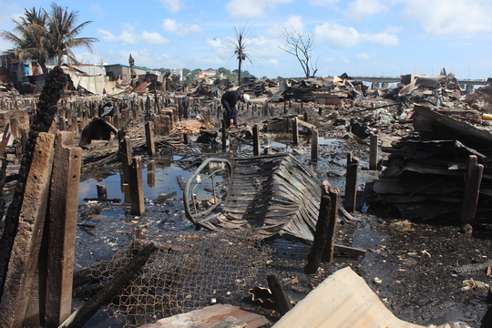 Sau vụ hỏa hoạn, cả 1 xóm dân chỉ còn là đống tro tàn