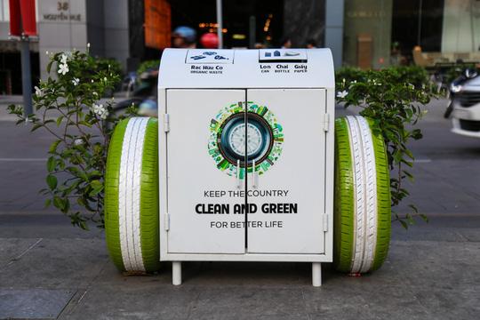 Vì sao thùng rác ở phố đi bộ Nguyễn Huệ có 2 bánh xe? - Ảnh 1.