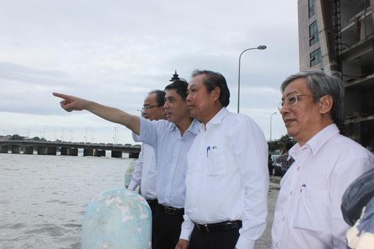 Phó Thủ tướng Thường trực Trương Hòa Bình (thứ 2 từ phải qua) khảo sát hiện trường vụ cháy làm 79 hộ mất nhà cửa