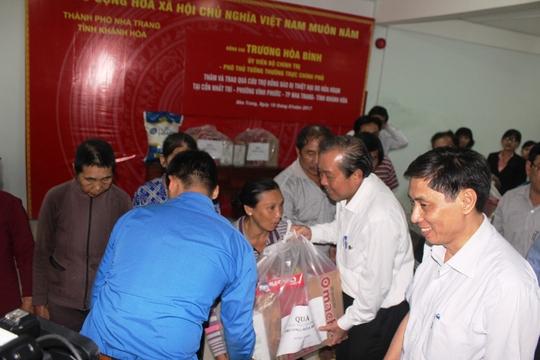 Phó thủ tướng Trương Hòa Bình thăm hỏi động viên, tặng quà các hộ dân