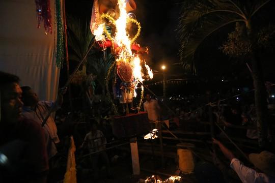 Đúng 0 giờ, hình nộm ông Tiêu (Tiêu Diện Đại Sĩ) chuyên hàng yêu, phục quỷ được mang ra và đốt cháy.
