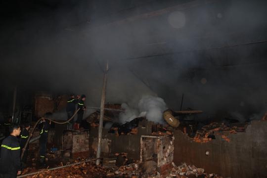 Vụ hỏa hoạn đã thiêu rụi khu vực nhà xưởng rộng khoảng 1.000m2 của công ty gỗ