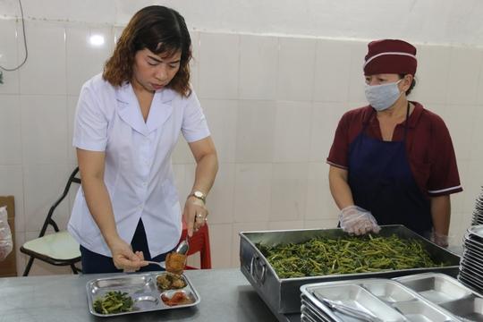 Cán bộ Công đoàn cơ sở giám sát chất lượng bữa ăn giữa ca của công nhân