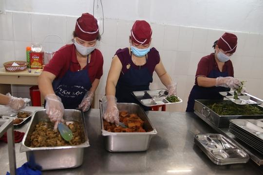 Bữa ăn giữa ca tại Công ty TNHH Shing Việt (quận Thủ Đức TP HCM) luôn đảm bảo vệ sinh an toàn thực phẩm