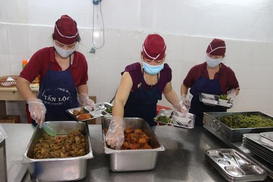 Bữa ăn giữa ca cho người lao động được nhiều doanh nghiệp quan tâm