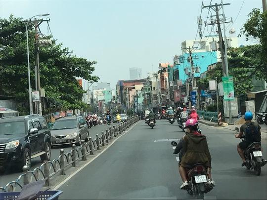 Đường Bạch Đằng (quận Bình Thạnh) gần ngã tư Hàng Xanh vào lúc 15 giờ 30 ngày 25 tháng chạp.