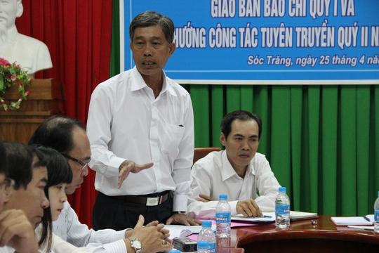 Ông Trần Văn Trí (đứng) cho rằng mình mới về nhận nhiệm vụ mới từ đầu năm 2017 nên xin nợ báo chí câu trả lời. Ảnh: PHONG KHÊ
