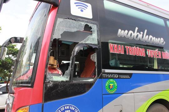 Bắt 2 kẻ đập phá xe khách, hành hung phụ xe - Ảnh 1.