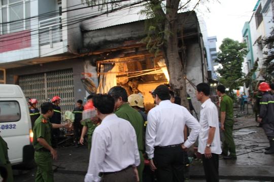 Cơ quan chức năng có mặt tại hiện trường xử lý vụ cháy