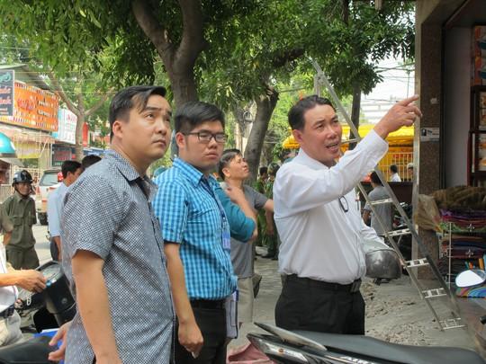 Lãnh đạo UBND phường Đông Hưng Thuận (quận 12) trực tiếp chỉ đạo tháo dỡ