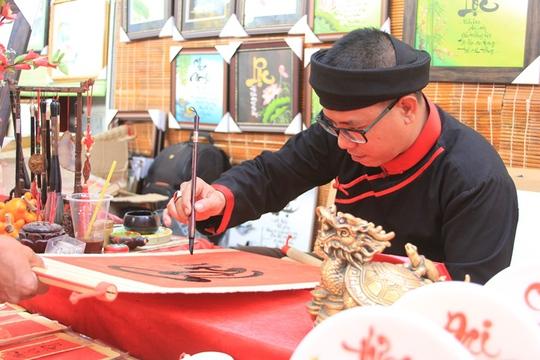 Ông đồ Nguyễn Hữu Đăng viết từng nét chữ cẩn thận. Với ông đồ này, niềm vui được nhân lên khi khách cũ quay lại xin chữ