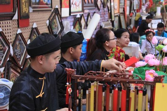 Các ông đồ trẻ ở Nhà Văn hóa Thanh Niên