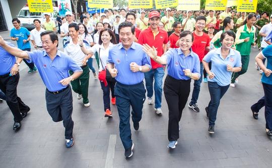 Thứ trưởng Bộ VH-TT-DL Huỳnh Vĩnh Ái, Phó Bí thư Thành ủy, Chủ tịch HĐND TP HCM Nguyễn Thị Quyết Tâm dẫn đầu đoàn tham dự Ngày chạy Olympic 2017