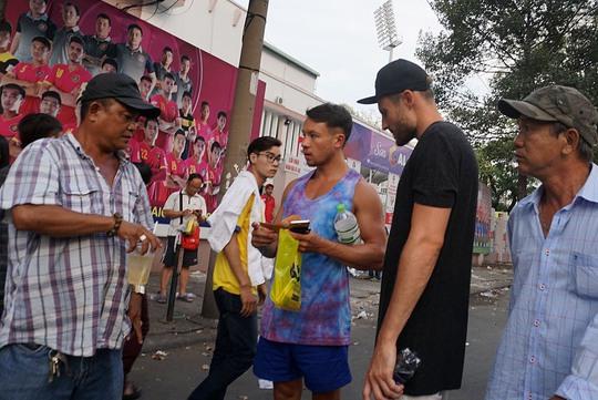 Trước trận đấu, khá nhiều CĐV nước ngoài đã đến sân mua vé để xem một trận đấu tại V-League.