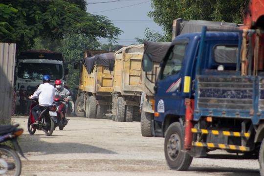Bà Rịa - Vũng Tàu: Người dân đem đá chặn xe tải băm đường - Ảnh 1.