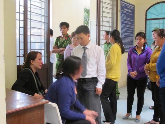 Vợ Sỳ Vĩnh Sáng (áo xanh) la hét tại phiên tòa
