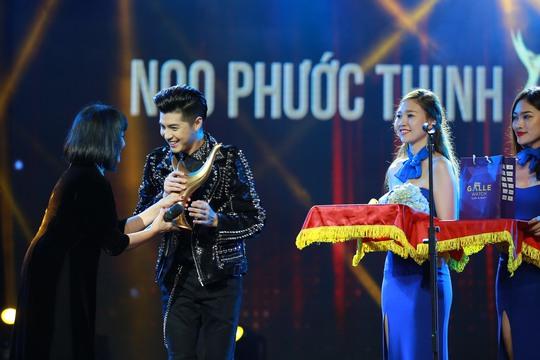 Ca sĩ Cẩm Vân trao giải Ca sĩ của năm cho Noo Phước Thịnh