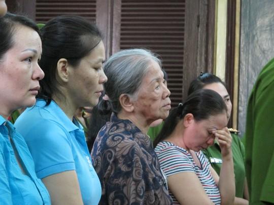Bị cáo Nguyễn Thị Miết cùng các tay em thân thuộc