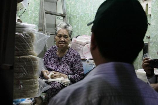 Một tiểu thương trao đổi với lãnh đạo quận 1 về tình hình buôn bán