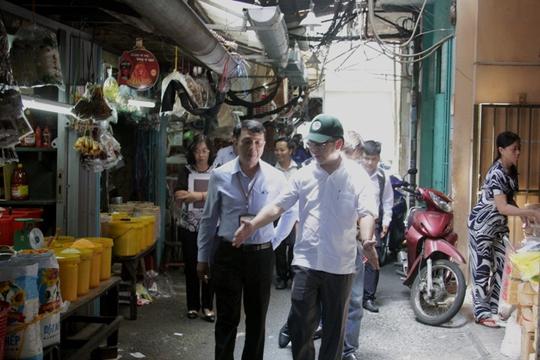 Chủ tịch quận 1 đi thực tế ở khu chợ gà, gạo, phường Cầu Ông Lãnh