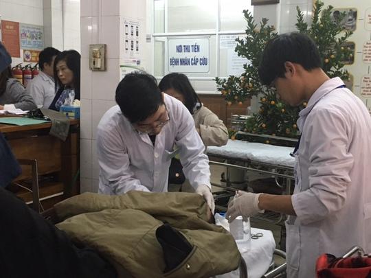 Tại BV Việt Đức- nơi thường xuyên tiếp nhận các ca cấp cứu do tai nạn giao thông, nhiều bác sĩ cho biết với những bệnh nhân nặng, đa chấn thương nhập viện tại thời điểm những ngày cuối năm hầu hết đều phải điều trị xuyên tết.