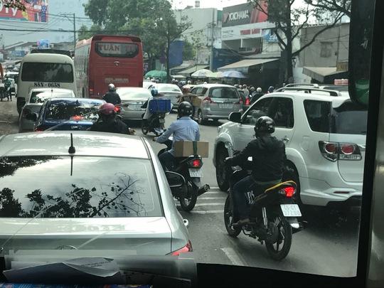 Phía cổng vào Bến xe Miền Đông (đường Đinh Bộ Lĩnh) nhiều xe lưu thông nhưng vẫn thông thoáng. Dự kiến, từ 18 giờ đến 20 giờ sẽ xảy ra ùn ứ.