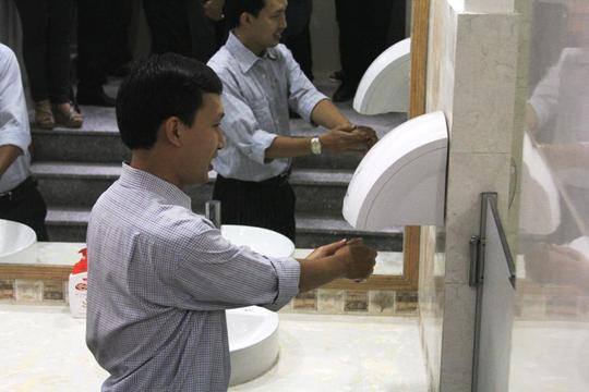 Sau khi rửa tay, người dân sử dụng máy sấy cho tay nhanh khô