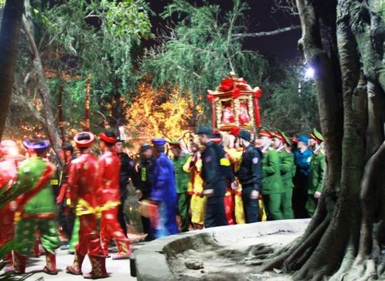 Kiệu được rước từ đền Cố Trạch sang đền Thiên Trường để làm lễ. Lực lượng an ninh được thắt chặt, đại biểu cũng hạn chế nên không còn cảnh ném tiền rào rào vào kiệu như những năm trước