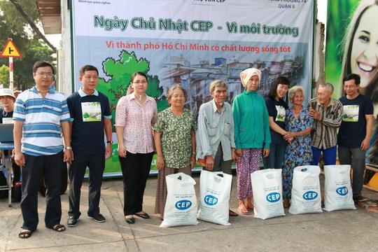 Lãnh đạo LĐLĐ TP, Quỹ trợ vốn CEP và chính quyền phường 14, quận 8, TP HCM, tặng quà cho bà con nghèo tại địa phương