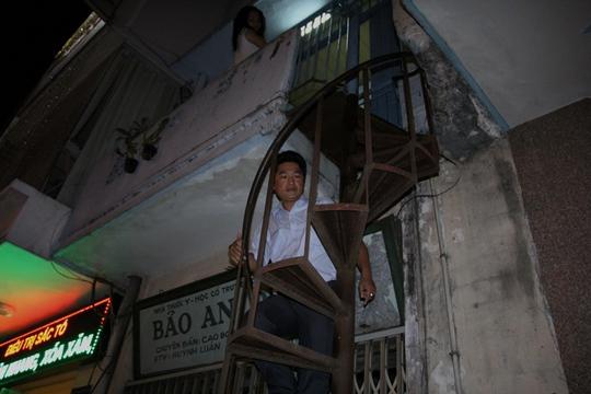 Ông Đoàn Ngọc Hải cho biết theo quy định thì phải tháo dỡ cầu thang chiếm dụng vỉa hè này. Tuy nhiên, vì đây là lối lên xuống duy nhất của gia đình nên giao cho phường kiểm tra pháp lý căn nhà, cầu thang sắt và tham mưu hướng giải quyết để UBND quận 1 xử lý