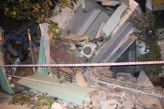 Hai căn nhà ở Sài Gòn bị sập do hàng xóm đào mống - Ảnh 1.