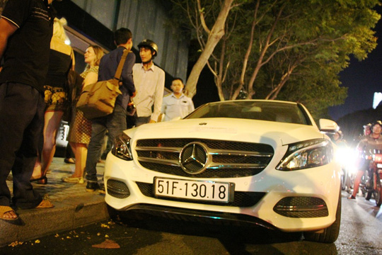Khoảng 22 giờ ngày 23-3, lực lượng chức năng phát hiện có 2 xe sang đậu dưới lòng đường Lê Lai (quận 1, TP HCM), chủ xe vào quán uống cà phê