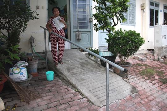 Bà Trịnh Hy Sinh, ngụ nhà A10 bị bệnh đau cột sống nên phải làm tay vịn trên vỉa hè để làm điểm tựa mỗi khi lên xuống