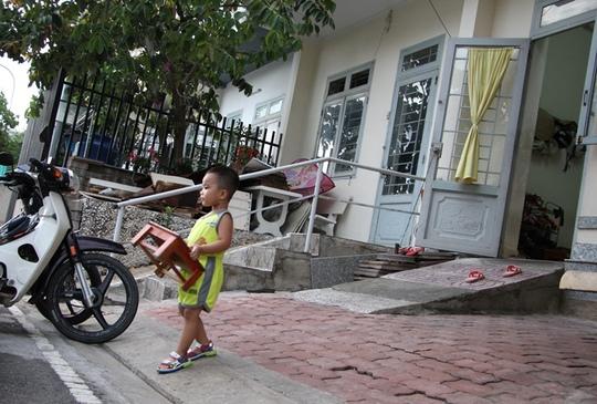 Đường nội bộ khu nhà ở tái định cư số 1110 Phạm Văn Đồng thấp hơn nền nhà khoảng 70 cm khiến việc đi lại của người dân gặp nhiều khó khăn