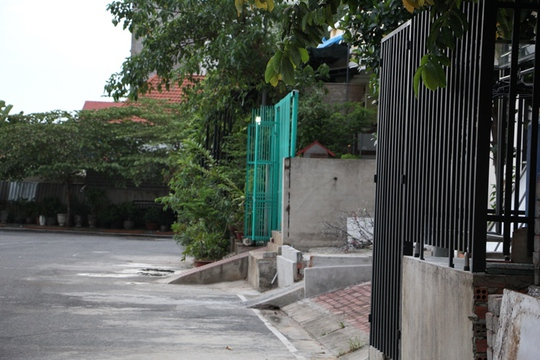 Chiếm vỉa hè chưa đủ, một số nhà khác làm gờ dắt xe lấn ra đường nội bộ thêm khoảng 60cm